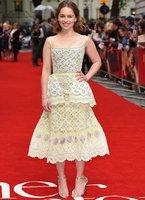 emilia clarke davet stili kirmizi hali elbiseleri