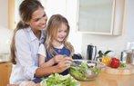 cocuk anne yemek yiyecek atistirmalik salata