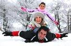 mutlu aile kayak kis tatili