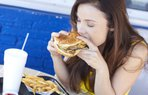 kadin yemek fastfood hambuger