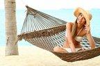 tatil mutlu kadin plaj sahil hamak