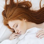 saglikli saclar icin birakmaniz gereken gece aliskanliklari uyuyan kadin kizil sac yatak