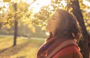 mutlu huzurlu kadin sonbahar