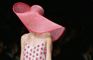 milano moda haftasi giorgio armani 2016 ilkbahar yaz koleksiyonu defile sapka