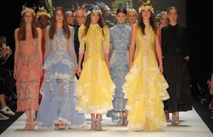 bora aksu 2017 ilkbahar yaz koleksiyonu mercedes benz fashion week istanbul moda haftasi