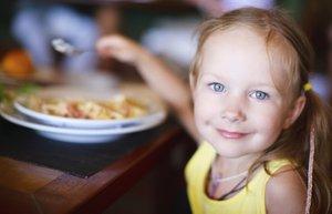 mutlu cocuk restoran cocuk yemek cocuk beslenme
