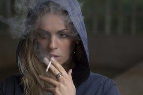 sigara icen kadin