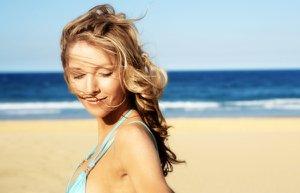yaz sac gunes deniz kumsal
