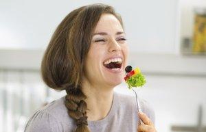 saglikli beslenme yemek salata mutlu kadin diyet