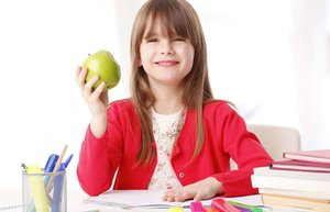 okul caginda cocuk kiz cocuk elma