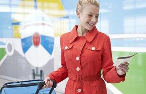 mutlu kadin seyahat gezi ucak bileti tatil
