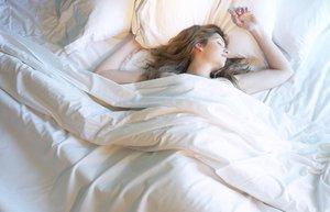 uyku uyuma yatak yalniz kadin