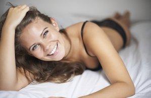 kadin mutlu yatak seks cinsellik ic camasiri