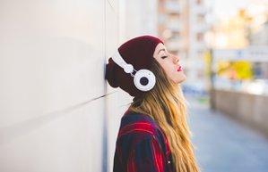 muzik kadin yol dinlenme kulaklik bere uzgun dingin mutsuz