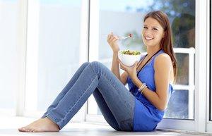 beslenme yemek salata sebze mutlu kadin