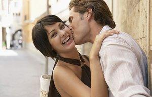 mutlu cift iliski flort sevgili evlilik opusme romantizm yanaktab opucuk
