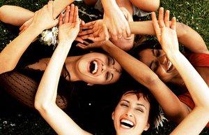 mutlu kadinlar gulme kahkaha mutluluk