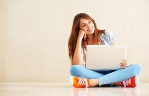 kariyer is arama bilgisayar internet mutlu kadin