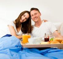 mutlu cift mutlu iliski evlilik kahvalti yatak