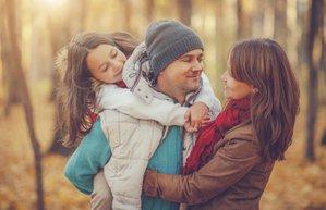 aile cocuk aktivite es orman yuruyus sonbahar kis