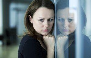 uzgun mutsuz caresiz kadin depresyon huzun
