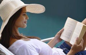kitap yaz kadin tatil sapka sahil kumsal
