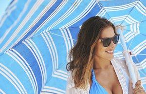 yaz tatil bronzluk gunes semsiye guzellik plaj