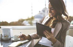 ofis is kariyer calismak toplanti mutlu kadin kafe