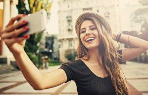 selfie kadin fotograf telefon