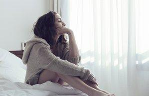 yanliz mutsuz hasta yatak kadin
