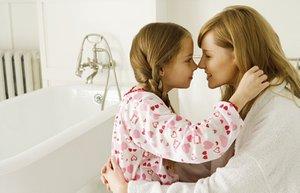 anne cocuk kiz banyo kuvet bornoz sevgi