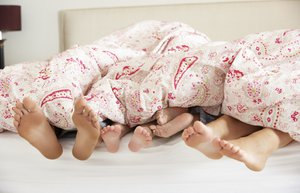 cocuk aile yatak uyumak ayak