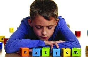 otizm otistik cocuk oyun oyuncak mutsuz cocuk