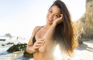 kadin mutlu yaz sahil plaj bikini sac bakim guzellik esmer