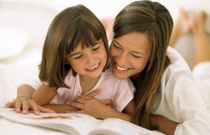 anne kiz anne cocuk kitap okuma