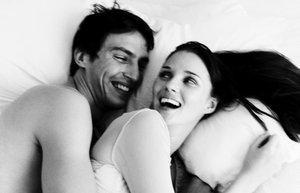 seks mutlu cift iliski yatak siyah beyaz