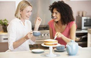 arkadas mutlu kadin mutfak beslenme yemek pasta cay kabul gunu sohbet kahkaha gulme gulumseme diyet