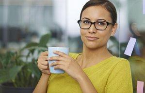 isyerinde ic huzuru bulun kariyer is kadini kahve calisma
