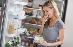 kadin beslenme buzdolabi mutfak