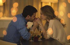 sevgili cift sevgililer gunu romantik yemek