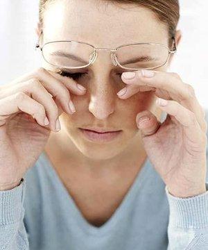 Bilgisayar kullanırken göz sağlığı için dikkat edilmesi gerekenler ovusturma yorgun 2