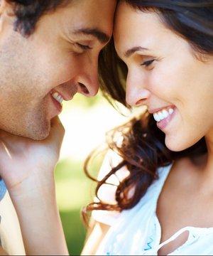 Beğendiğiniz erkeğin ilgisini çekmek için ne yapmalısınız? flort cift iliski 1