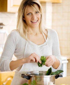 Bir şeften tavsiyeler: iyi yemek yapmanın 5 temel kuralı kadin yemek 1