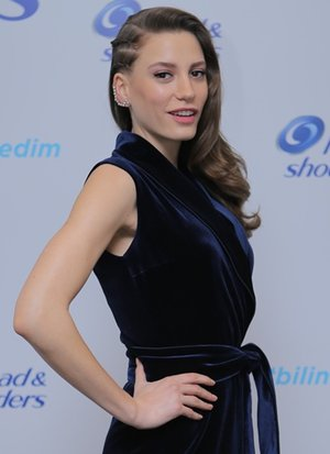 serenay sarikaya head shoulders