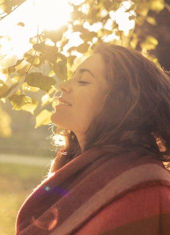 mutlu huzurlu kadin sonbahar resize