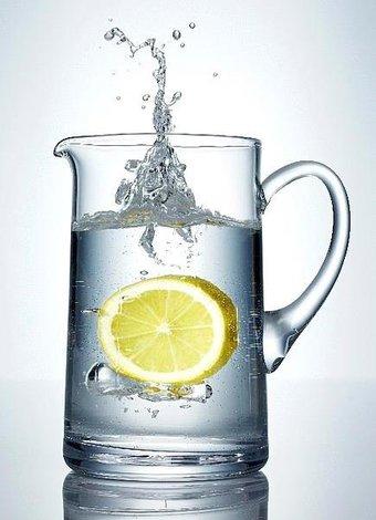 Günlük detoks etkisi yaratan besinler limon su surahi 2