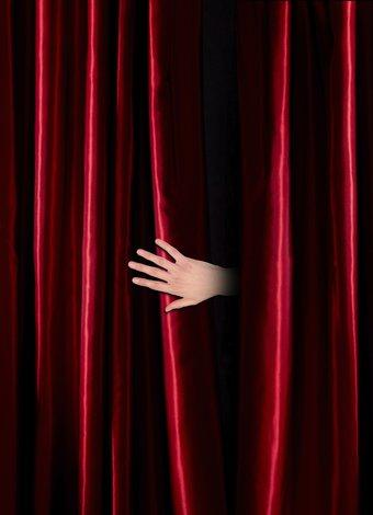 Yeni sezonun en iddialı tiyatro oyunları tiyatro sahne kirmizi 1