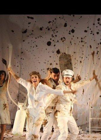 Sezonun mutlaka izlenmesi gereken tiyatro oyunları Gülünç Karanlık