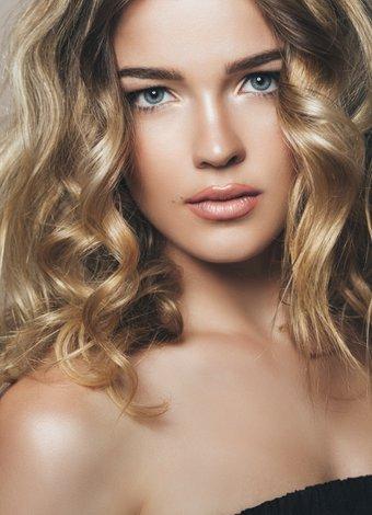 Fotoğraflarda daha güzel görünmek için makyaj hileleri bronz makyaj kadin 1