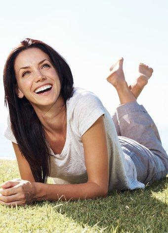 Mutlu olmanın 6 kolay yolu mutlu kadin gulme 1
